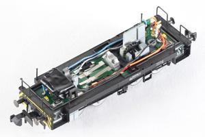 Fahrwerk der BR106 mit Decoder und Kondensatoren
