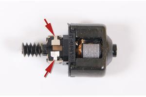 Kontaktbleche am Motor abschneiden