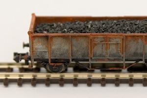Mit Schotter beladener Güterwagen